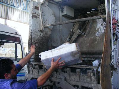 بلدية رفح تقوم بإتلاف كميات من المعلبات