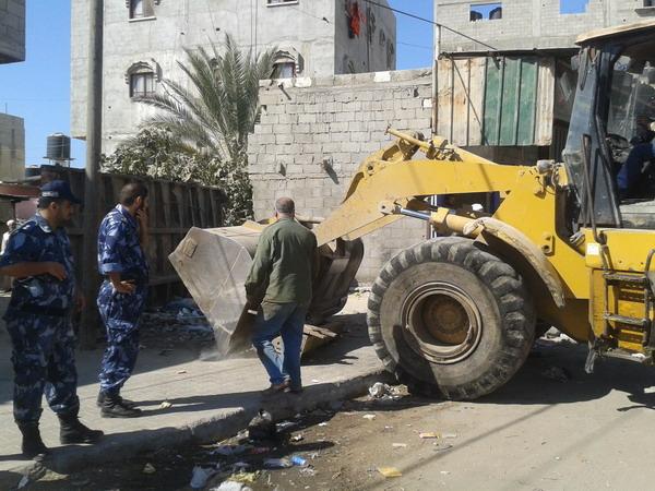 بلدية رفح تنفذ حملة لإزالة التعديات في شارع بلال