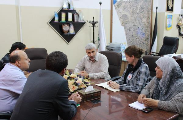بلدية رفح تستقبل وفدا من الصليب الأحمر لمناقشة أوضاع المحافظة