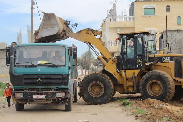 بلدية رفح تنفذ حملة لإزالة التعديات في شارع صنعاء