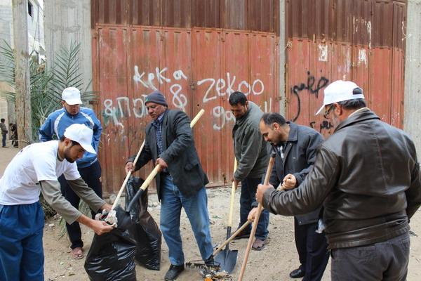 بلدية رفح تنظم حملة نظافة في شارع الشهيد عائد البشيتي