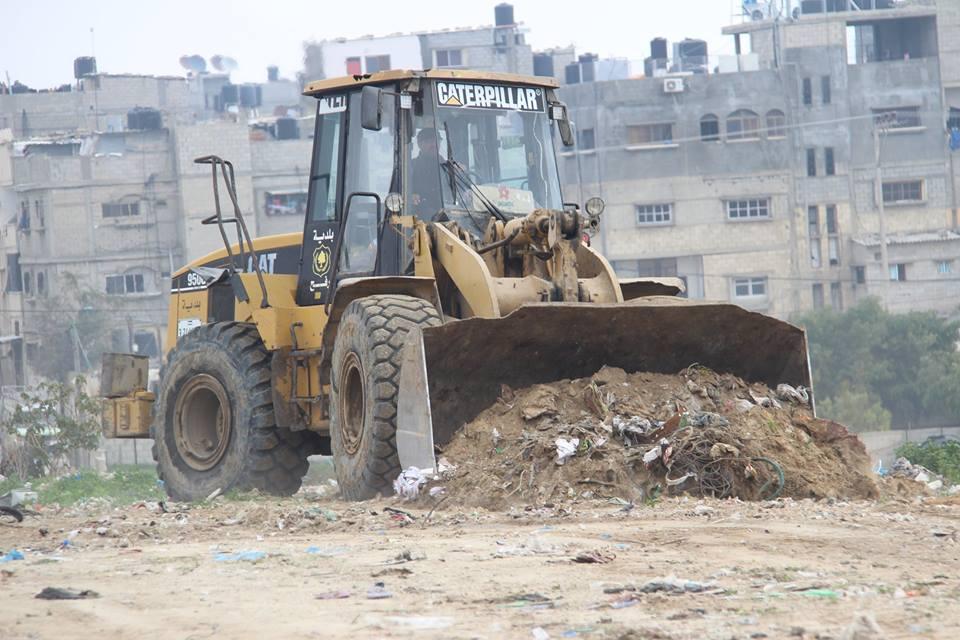 بلدية رفح ترحل محطة تجميع النفايات بتل السلطان