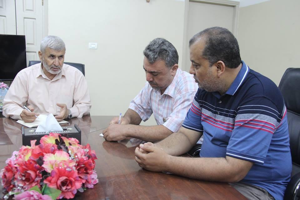 رئيس بلدية رفح أ. صبحي أبو رضوان يناقش مع أعضاء اللجنة الفنية