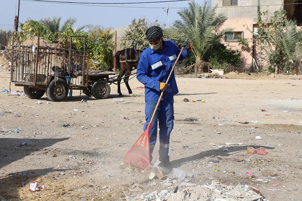 بلدية رفح تجمع 150 طنا من النفايات خلال يومي الحظر