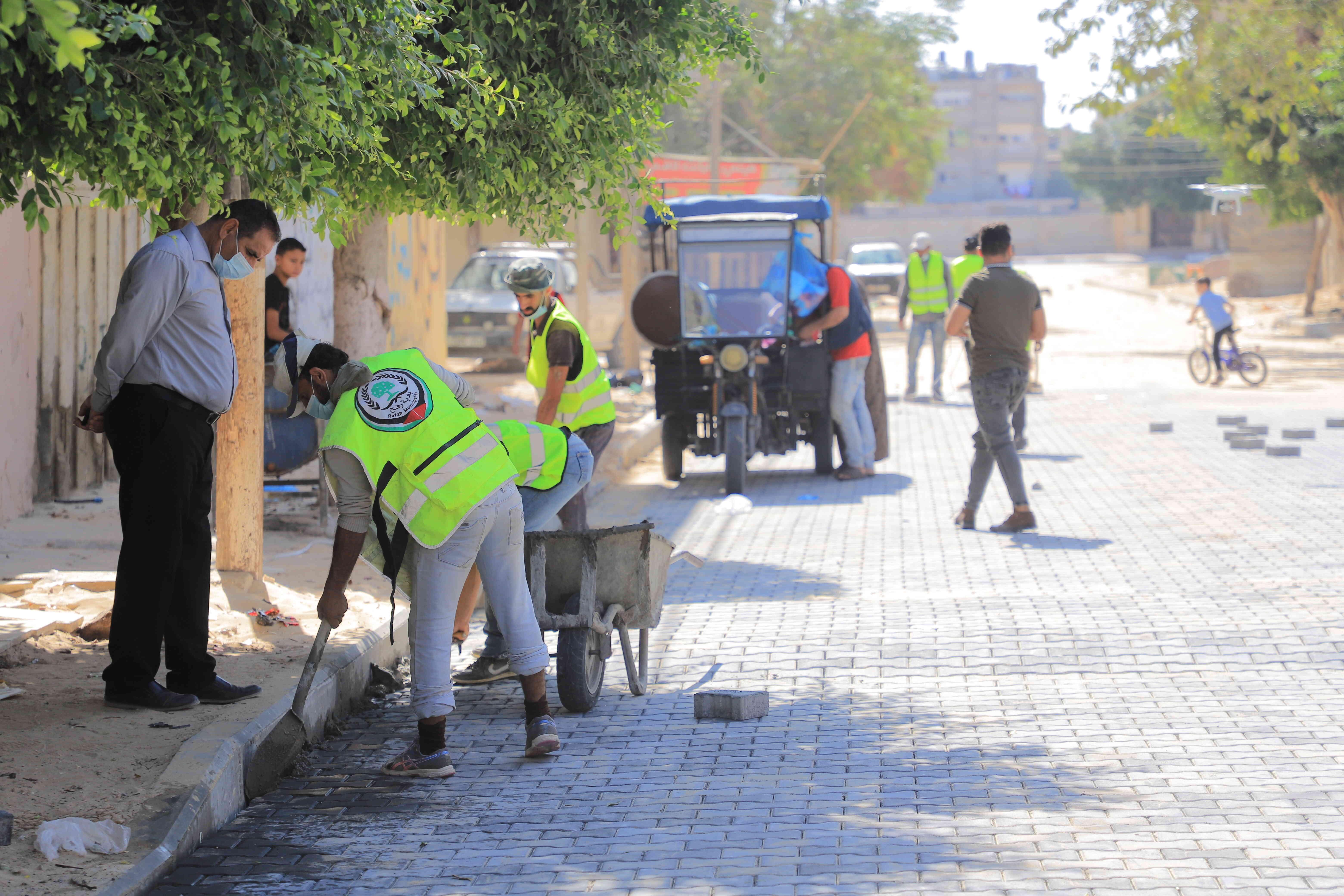 بلدية رفح تواصل أعمال رصف وتعبيد شوارع داخلية في الحي الإداري