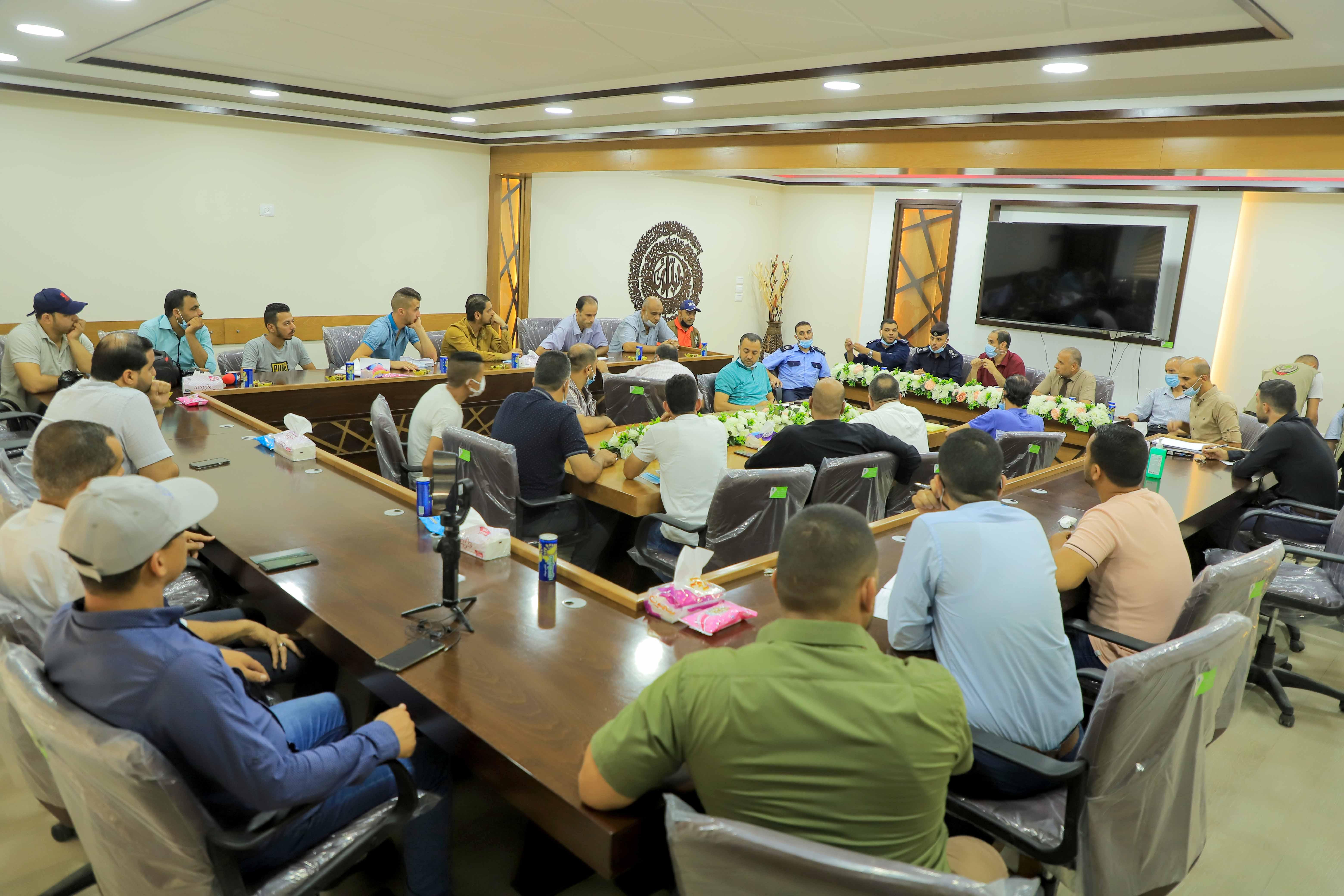 بلدية رفح تجتمع بأصحاب بسطات شارع أبو بكر الصديق وسط المدينة